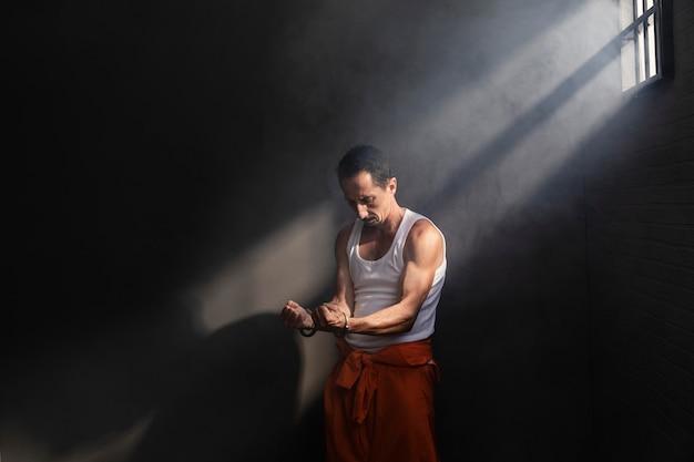 Mann mittleren alters, der zeit im gefängnis verbringt