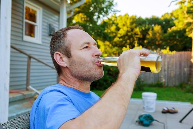 Mann mittleren alters, gekühltes bier zu trinken