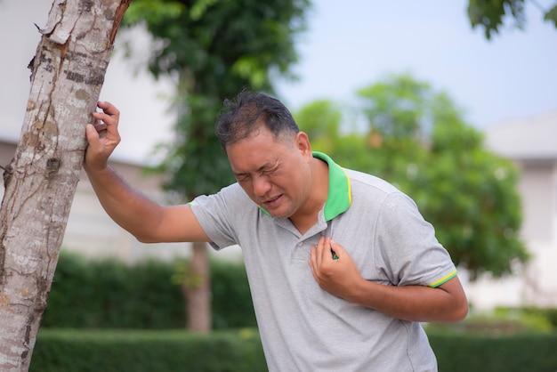 Mann mittleren alters litt an einem herzinfarkt