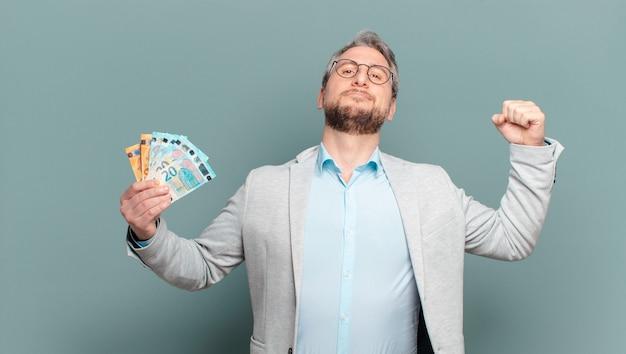 Mann mittleren alters mit banknoten