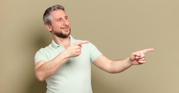 Mann mittleren alters mit einem kopierraum