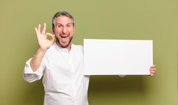 Mann mittleren alters mit einem leeren leeren banner