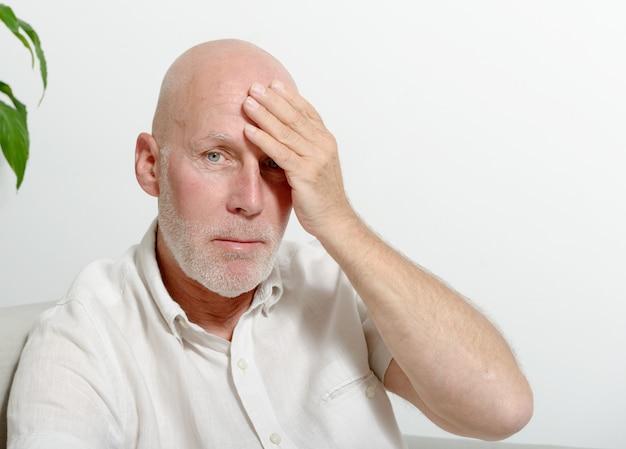 Mann mittleren alters mit kopfschmerzen