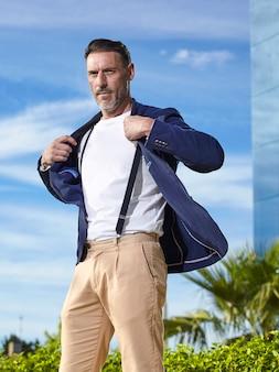 Mann mittleren alters trägt eine jacke