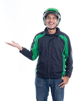 Mann motortaxifahrer oder fahrer mit seiner uniformpräsentation