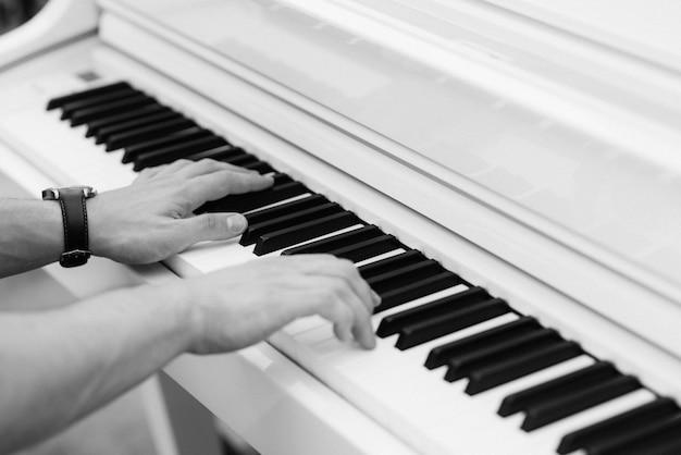 Mann musiker spielt synthesizer im urlaub
