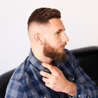 Mann nach frischem haarschnitt und bartpflege