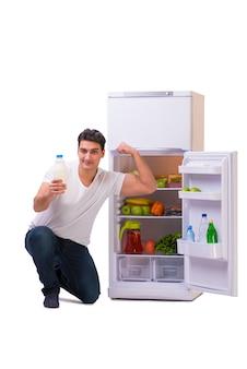 Mann neben kühlschrank voller lebensmittel