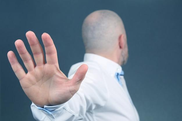 Mann negative handbewegung und wandte sich ab