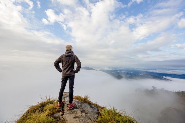 Mann oben auf berg.
