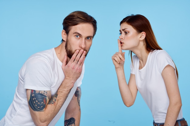 Mann oder frau tragen weiße t-shirts spaß mode freundschaft. foto in hoher qualität