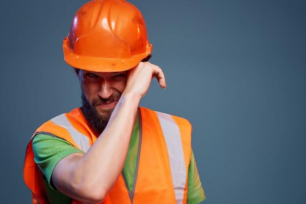 Mann orange helm auf dem isolierten hintergrund der kopfindustrie