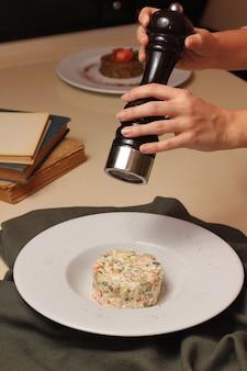 Mann pfeffer mangal salat seitenansicht