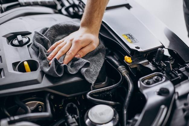 Mann poliert auto innen beim autoservice