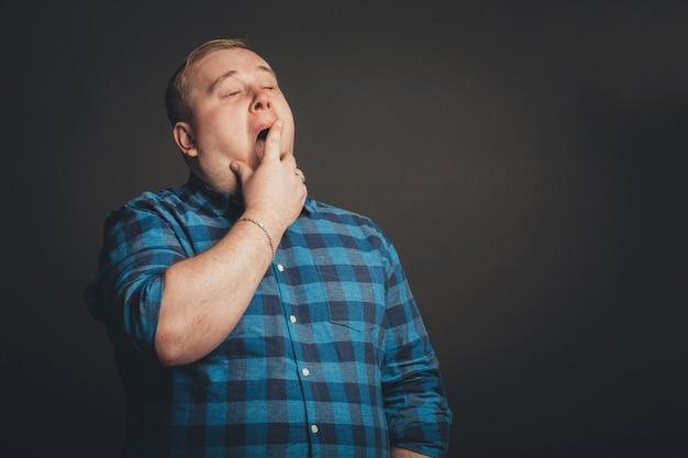 Mann porträt echte menschen hochauflösende schwarze wand