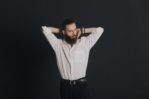 Mann posiert im studio