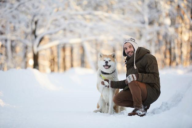 Mann posiert mit akita hund