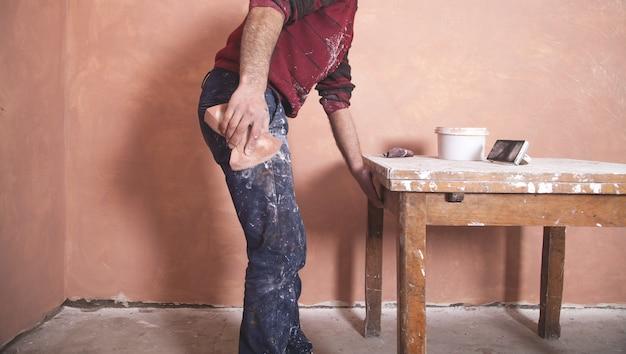 Mann putzwände mit schwamm polieren