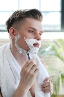 Mann rasiert seinen bart