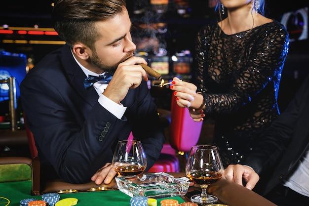 Mann raucht zigarre im kasino