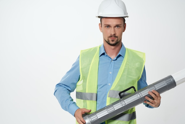 Mann reflektierende weste ingenieur arbeitsberuf. foto in hoher qualität