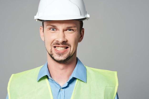 Mann reflektierende weste schutz arbeitsberuf isoliert hintergrund