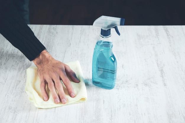 Mann reinigungstuch