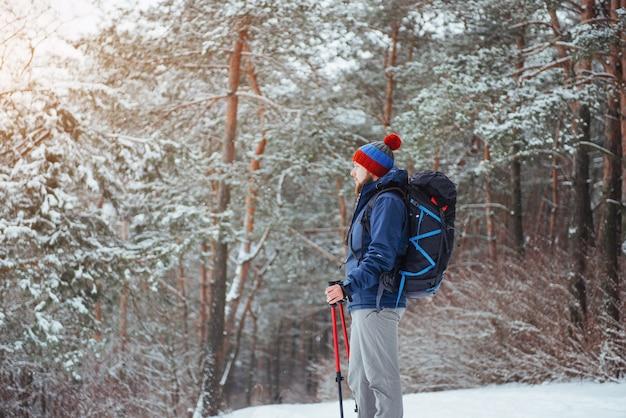 Mann-reisender mit dem rucksack, der die aktiven ferien des reise-lebensstil-abenteuers im freien wandert. schöner landschaftswald