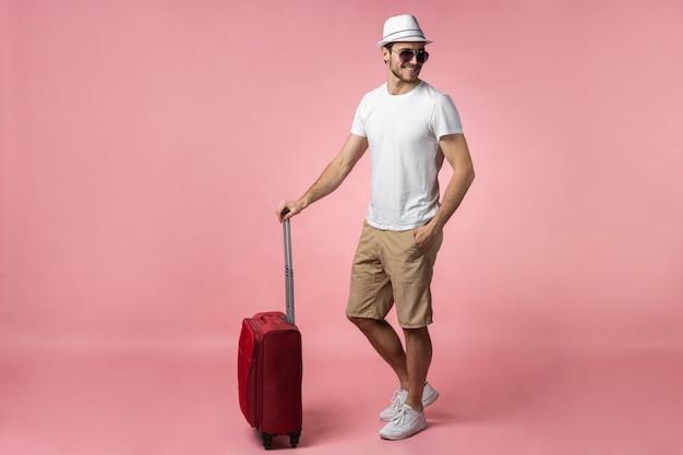 Mann reisender mit koffer, reisepass und ticket.