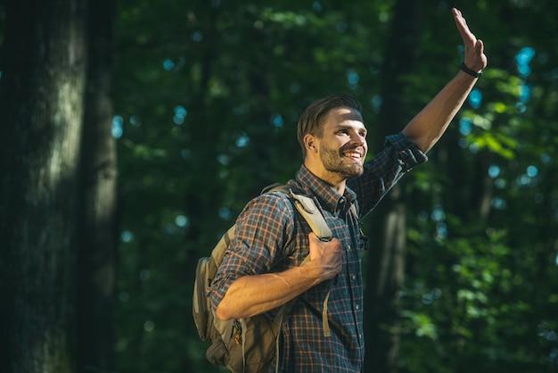 Mann reisender mit rucksack wandern reisen lifestyle konzept abenteuer aktive sommerferien