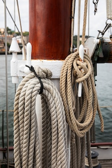 Mann reist mit dem boot in san sebastian