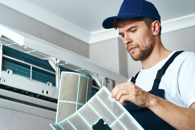 Mann reparieren und reinigen klimaanlage, arbeiter zu hause