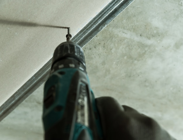 Mann repariert die trockenbauwand