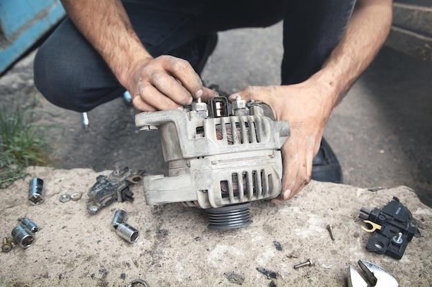 Mann repariert lichtmaschine. servicecenter
