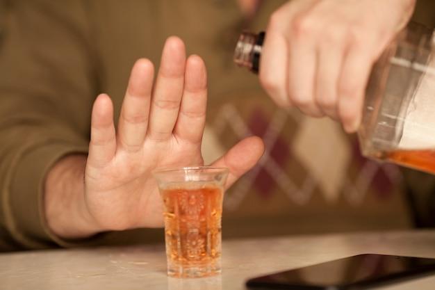 Mann sagt nicht mehr zu alkohol mit seiner körpersprache
