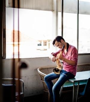 Mann, saxophon zu stimmen