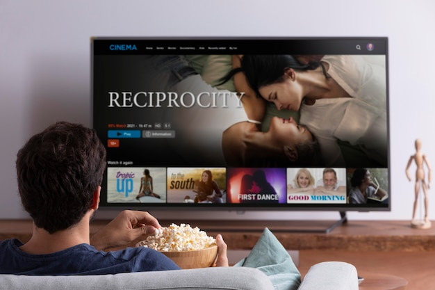 Mann schaut netflix auf seinem fernseher