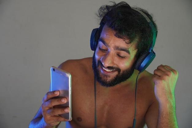 Mann schaut sich videos auf seinem handy an