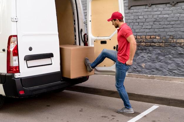 Mann schiebt pakete