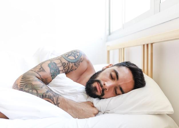 Mann schläft auf dem bett