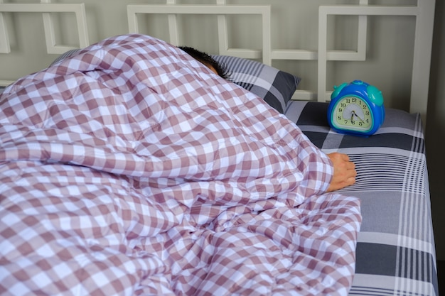 Mann schläft auf dem bett.