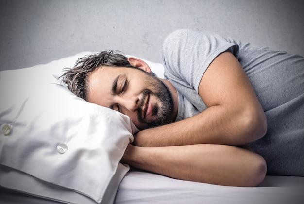 Mann schläft fest