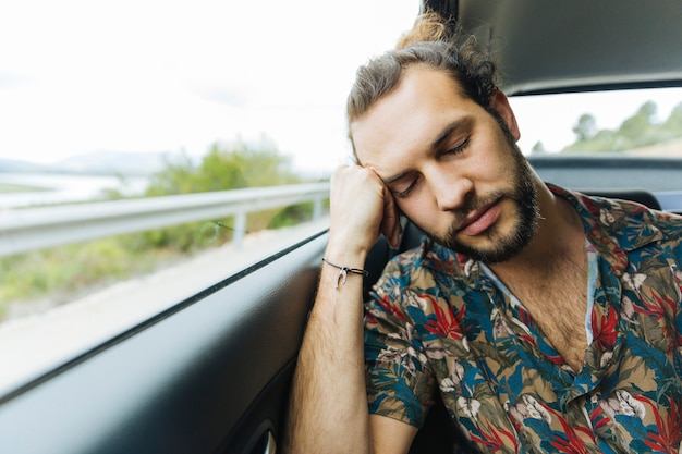 Mann schläft im auto