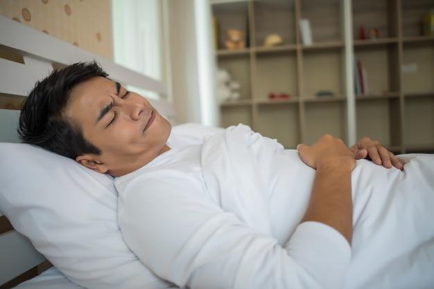 Mann schlaf im schlafzimmer