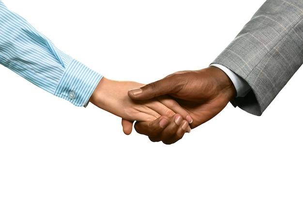 Mann schüttelt die hand der frau. wir sind froh, dass sie zurückgekommen sind. eine zweite chance. zu schätzen wissen, was sie haben.