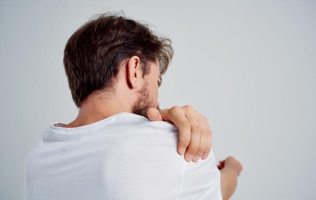Mann schulter schmerz t-shirt rückansicht lichtraum