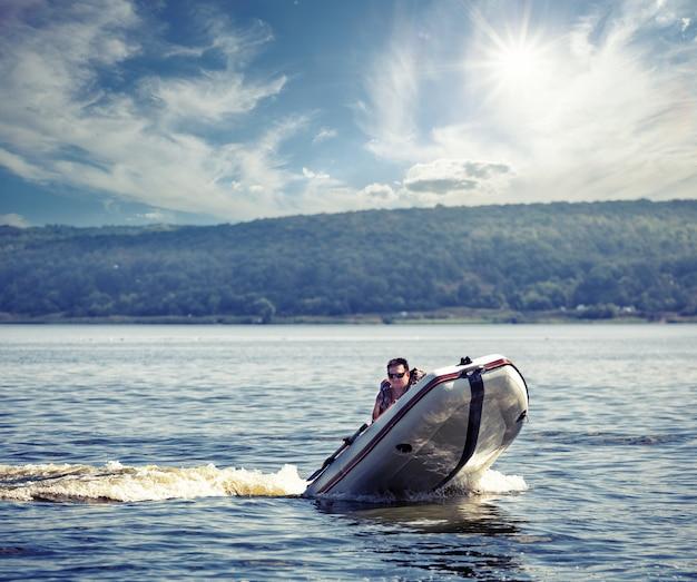 Mann segelt auf schnellem motorboot