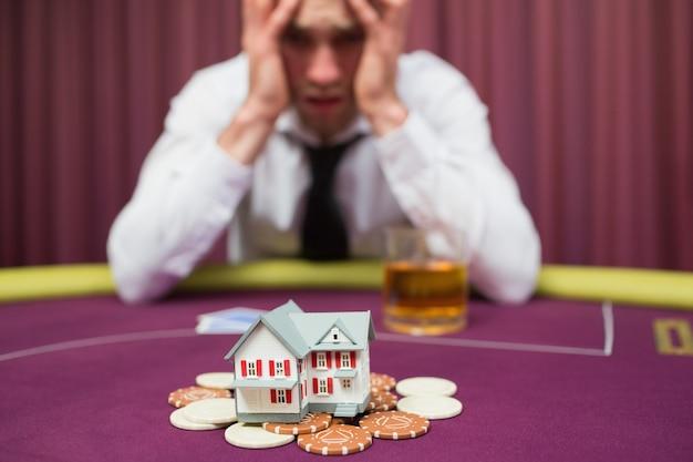 Mann setzt sein haus auf pokerspiel