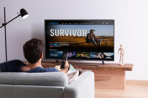 Mann sieht sich seinen lieblingsfilm im fernsehen an