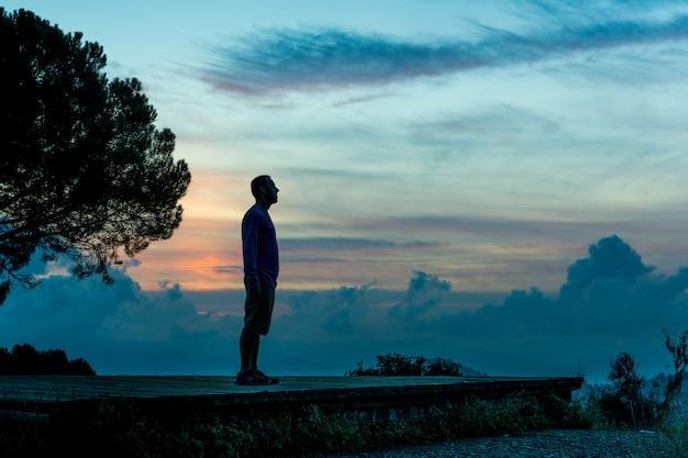 Mann silhouette bei sonnenuntergang